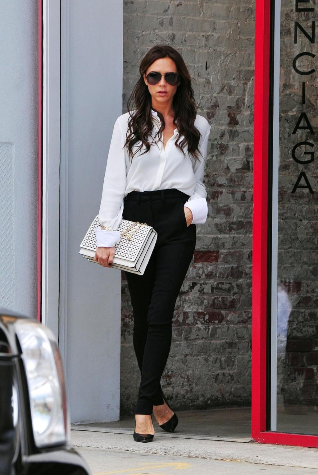 Victoria 'Posh' Beckham se ve mirando elegante como ella es vista saliendo de la tienda de moda Balenciaga en Nueva York